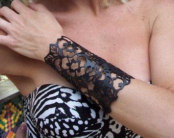 "Cuff ""Floral"" in black leather 5-3/4"" wrist"
