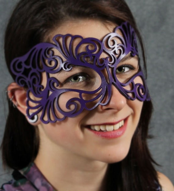 Coquette leather mask in violet