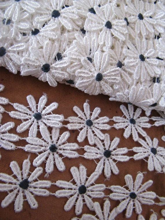 vintage trim - daisy with dark blue centre