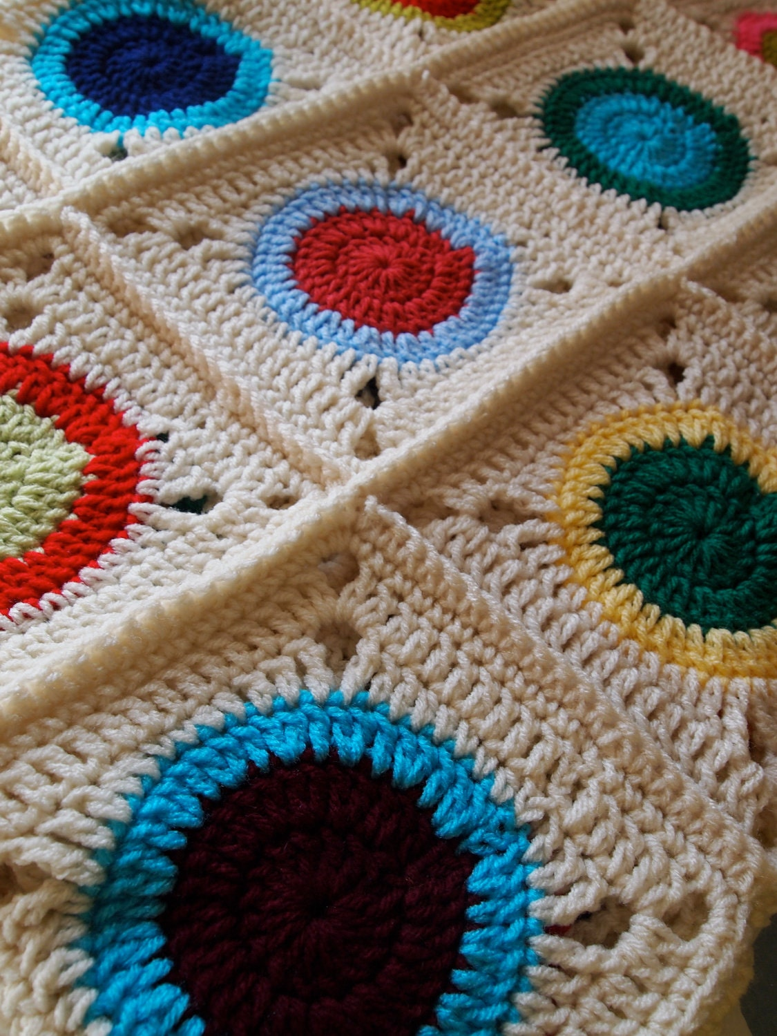 Crochet Blanket With Circle Granny Square In Cream And