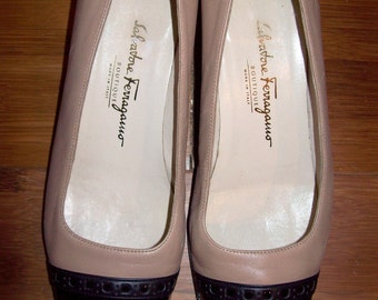 Vintage Salvatore Ferragamo tan and black shoes - size 8 C