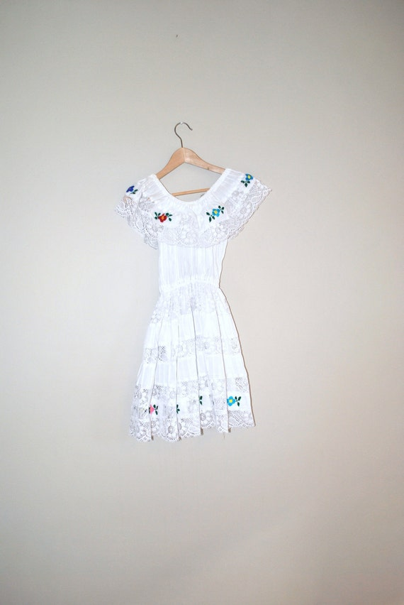 70s dress // white lace and floral embroidery // mexican wedding dress
