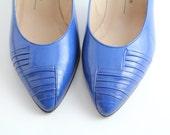 sz 6 vintage pintuck vamp leather court shoes / cobalt leather pumps / 36