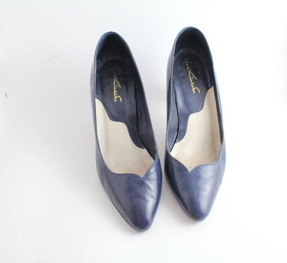 sz 6 vintage Gloria Vanderbilt shoes / vintage navy leather pumps/ 36