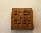 Wood Button Cuadrado Cruces
