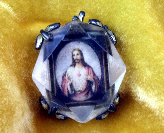 Vintage Plastic and Metal Sacred Heart Medal (A003)