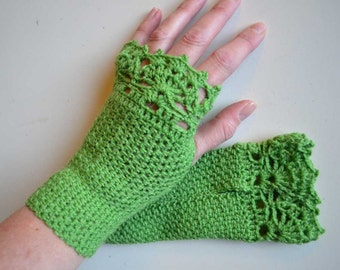 Green crochet gloves with lace trim F610