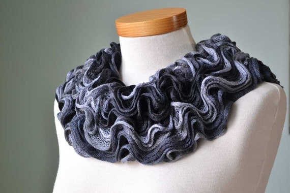 Knitted ruffled collar cowl black grey F555