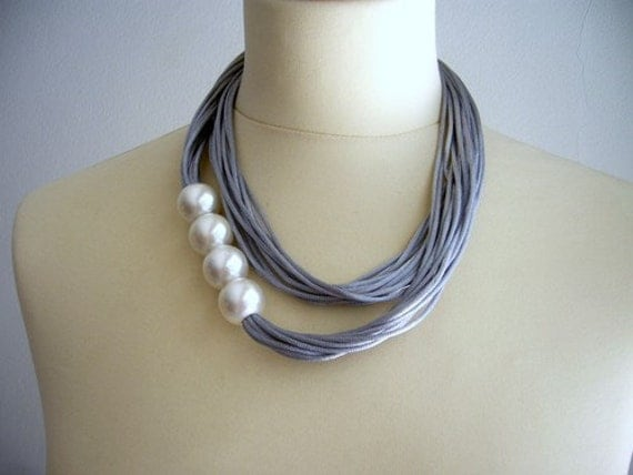 Grey and pearls satin necklace