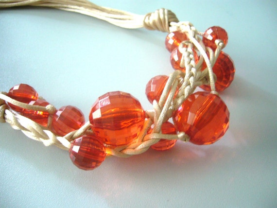 Red berries necklace in ivory satin