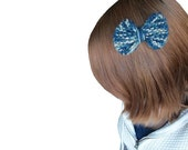 My Blue Bow - Hand knit hair clip in navy blue and khaki multicolor yarn