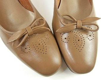 New Vintage 60s Shoes Leather Pumps Taupe Light Brown Bow Heels size 9 1/2 Narrow New NOS 1960s Vintage Footwear Deadstock