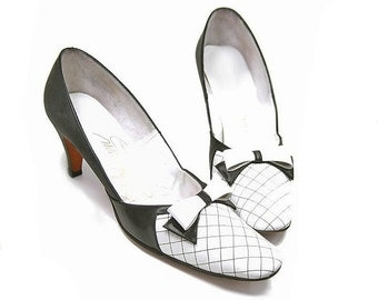 Vintage 1960s Leather Shoes Black White Pumps Bow High Heels size 8 1/2 Narrow Quilt Design Stitching Two-Tone Colorblock Mid Heel Pumps