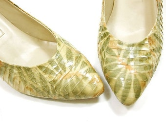 Vintage Shoes 80s Snakeskin Chiseled High Heel Leather Pumps Pointy Toe Yellow Green Orange Tropical Print 1980s Jasmine size 5 1/2