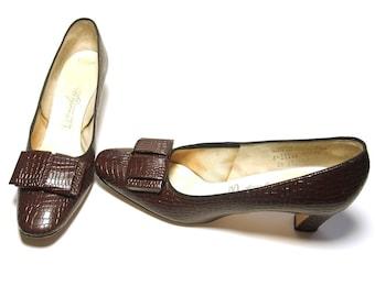 Vintage Shoes Brown Leather Bow Faux Crocodile 70s Heels Pumps size 8 1/2 AAA/AAAAA Narrow Mid Heel