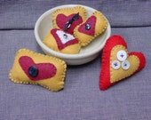 FOLK ART HEARTS / set of 5 / primitive  style pillows / hearts  / bowl fillers / pin cushions / sachets / Valentine gift / Valentine decor