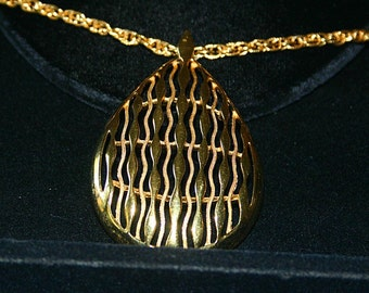 GOLD TONE TRIFARI TEARDROP NECKLACE