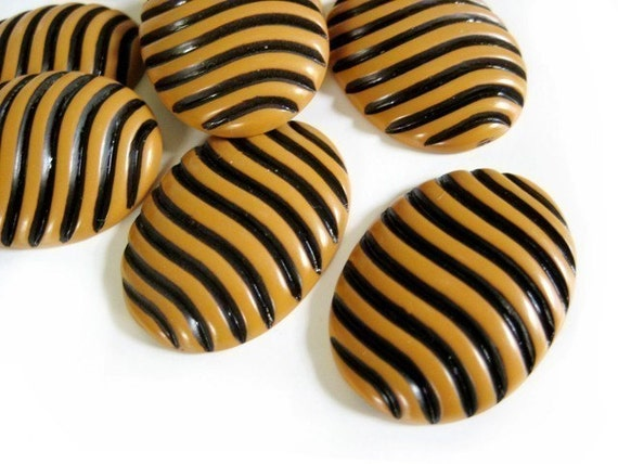 bumblebee striped gold and black vintage cameo 20x26mm
