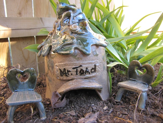 TOAD HOUSE Garden Accent Pottery Stoneware