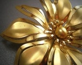 vintage flower brooch. gold flower