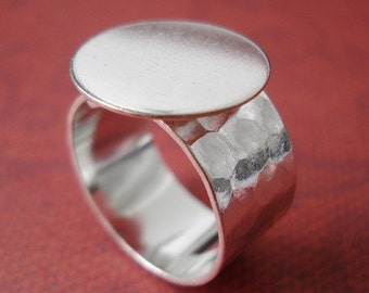 Silver Adjustable Ring 10mm Hammered Band with 16mm Round Base Setting for a Flat Back Cab or Jewel (1 piece)