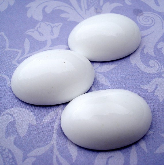 Vintage 25x18mm Opaque White Oval Flat Back Glass Cab (1 pc)