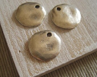 Metal drop pendant  charm dangle flat round metal casting -  pewter finish , antiqued silver finish  - 18 mm /  4 pcs - 6am2850