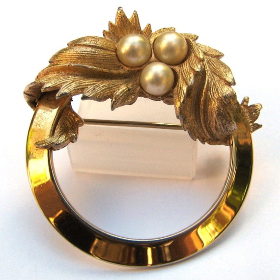 Sarah Coventry Faux Pearl Leaf Circle Brooch Costume Jewelry
