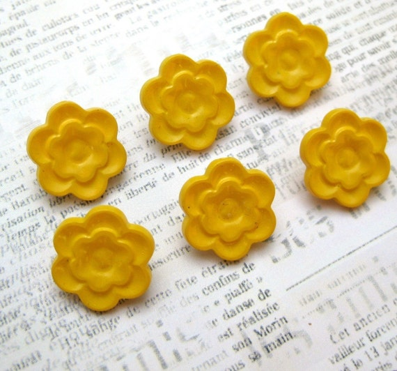 Set of 6 vintage yellow flower plastic shank buttons