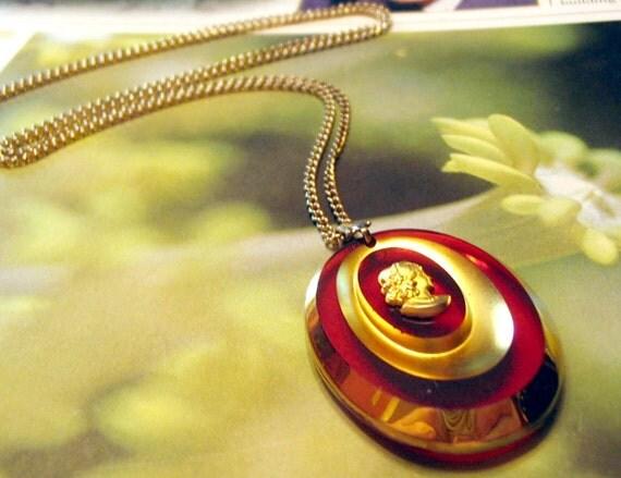 Vintage  Cameo Necklace Goldtone Amber