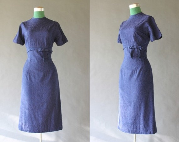 50s Vintage Wiggle Dress / Navy Blue Tailored 1950s Dress with Bow