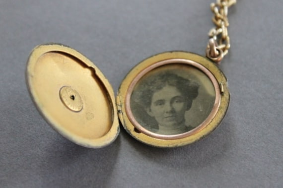 Antique Locket / 1900s Locket Necklace / Original Picture / Vintage Necklace