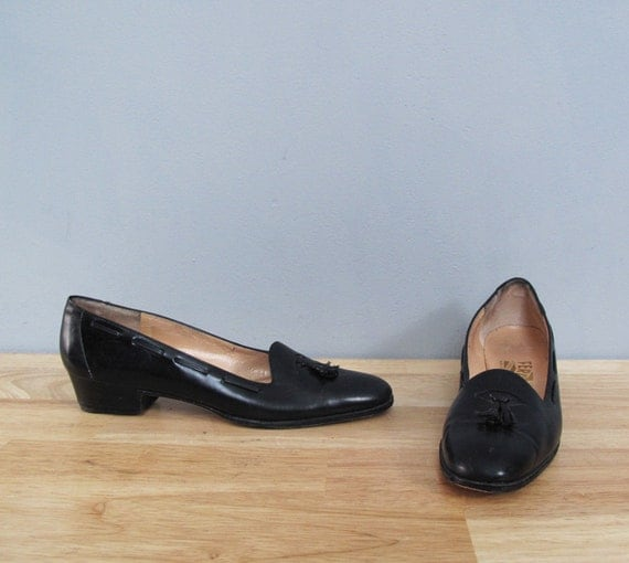 s a l e vintage FERRAGAMO black tassel heels 6