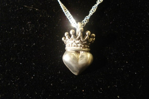Queen of Hearts .925 pendant with a tiny silver crown for your sweetheart