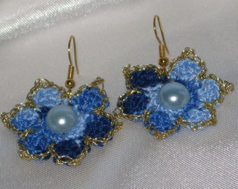 Blue knitted flowers earrings with gold thread and pearl-like bead