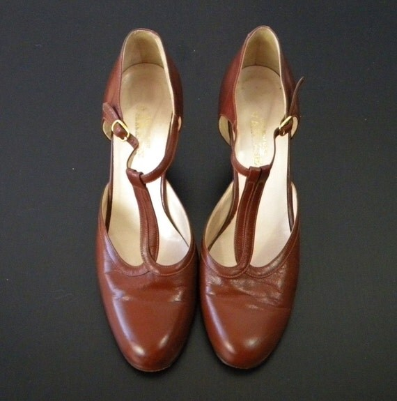RESERVED - Vintage Tan Keyhole Mary Jane T Strap Size 9.5