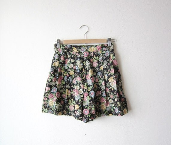 Vintage High Waist Floral Pleated Shorts Size Small to Medium