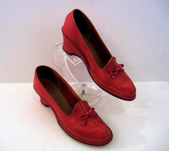 1940s shoes / Seeing Red Vintage 40's Bow Wedge Shoes