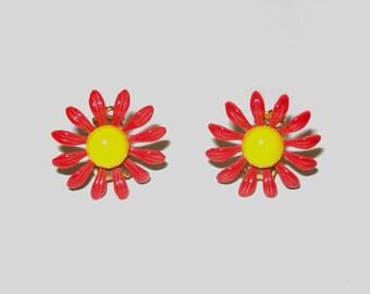 1960s daisy earrings / 60s vintage flower earrings / Flower Power Floral Daisy Earrings