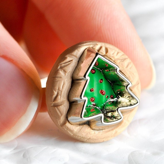 Christmas tree ring cookie cutter in sugar brown