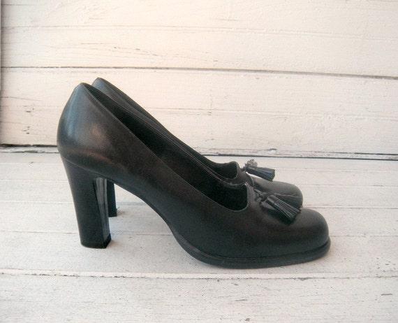25% OFF SALE vintage 90s black leather classic tassle heels