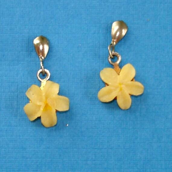 SALE vintage adorable shell flower earrings