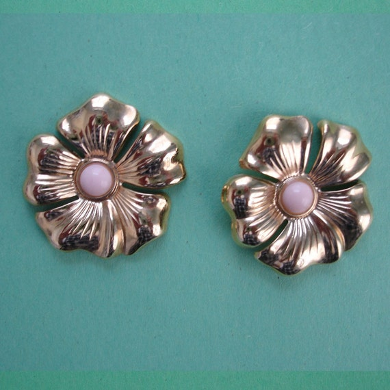 SALE vintage gold flower pierced earrings with peach center cabochons