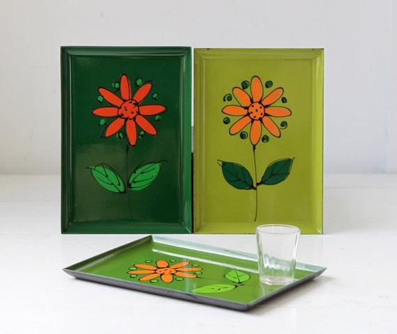 vintage 1960s serving trays. Set of 3 handpainted floral daisies on lacquer. Mod peridot green and autumn orange / the FALL SOIREEtrays