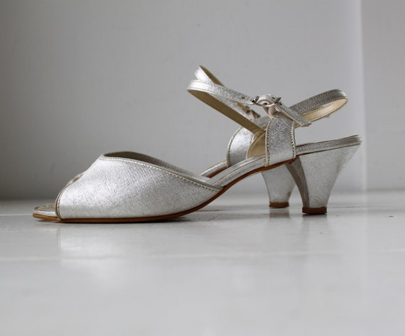 vintage silver peeptoe sandals, size 8 / the WEDDING PARTY sandals