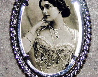 Lina Cavalieri Frame Pendant