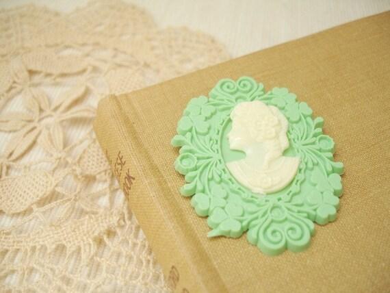pretty lady - cameo lady pendant brooch.