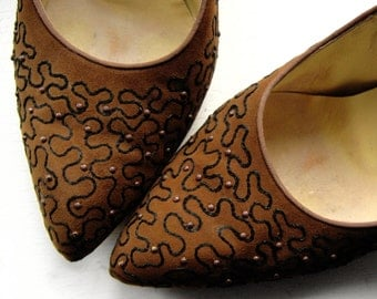 Size 6 1950's Brown Suede Pumps High Heel pointy Vintage Shoes w Black Swirl Embroidery