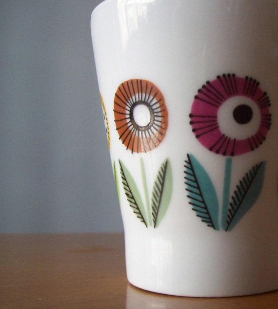 Upsala Ekeby Bellis teacup -- Bright mod floral pattern