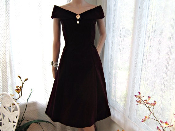 CLEARANCE SALE Red Dress Scott McClintock Velvet Dress with Custom Brooch. Deep Plum Red Wiggle Dress. Size 8